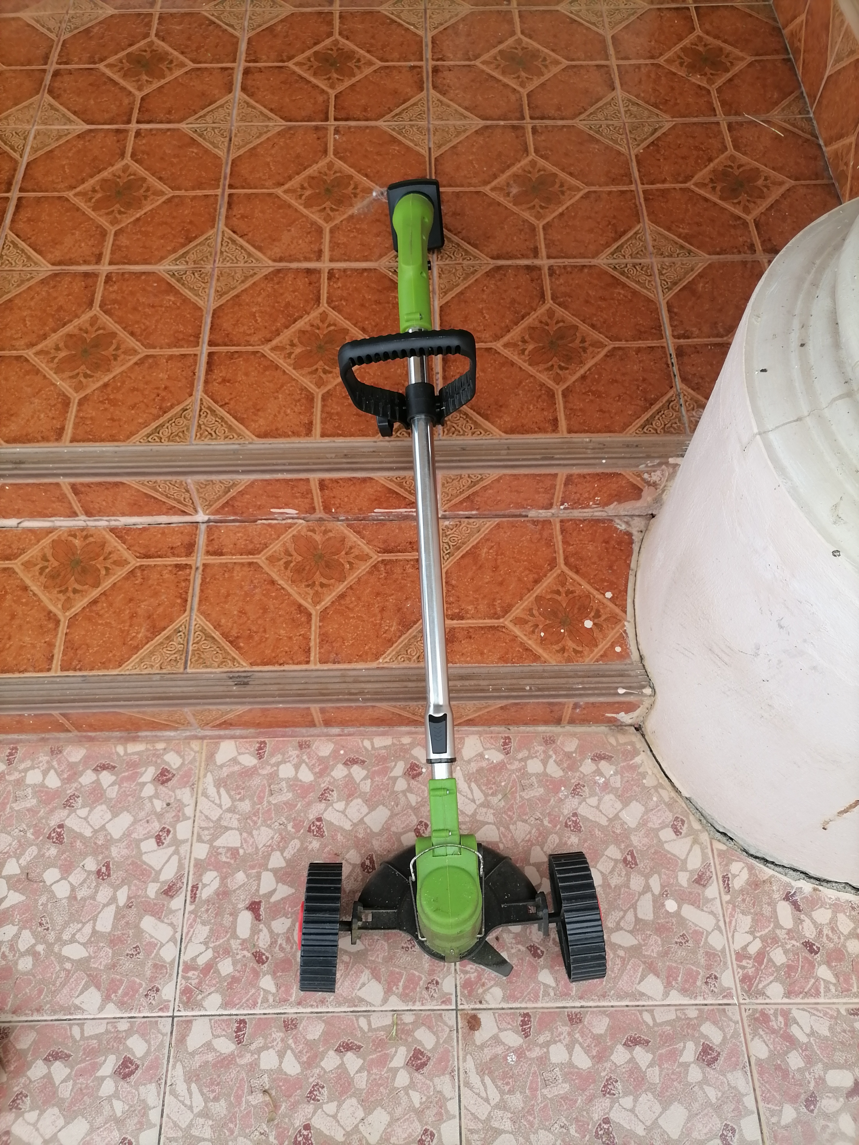 weed cutter with wheels